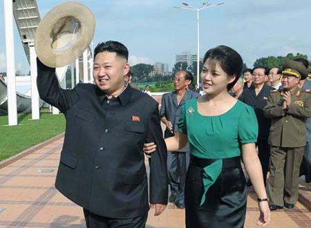 西洋的なミニスカートのワンピースを着た李雪主夫人。金正恩氏の腕を組んで歩くなど、積極的で開放的な女性像も演出している。(「わが民族同士」ホームページより